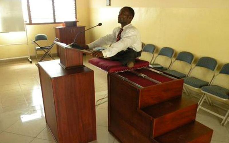 Construyen púlpito para Presidente de Rama con parálisis en Ghana