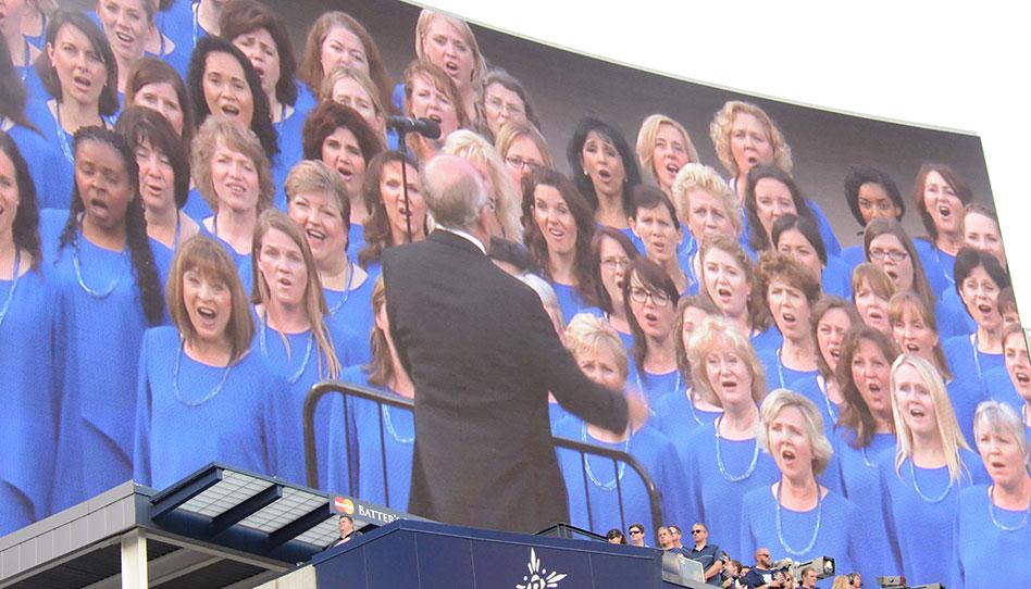 El Coro del Tabernáculo  Mormón canta en el Estadio de los Yankees