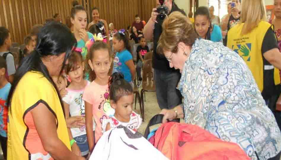Mormones entregan kits escolares a niños en Puerto Rico