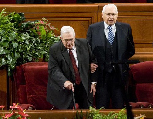 Elder L. Tom Perry tiene cancer terminal, agradece oraciones en su favor.