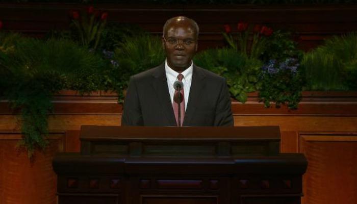 """Miembro de los Setenta: """"Blanco, Negro y Mormón"""""""