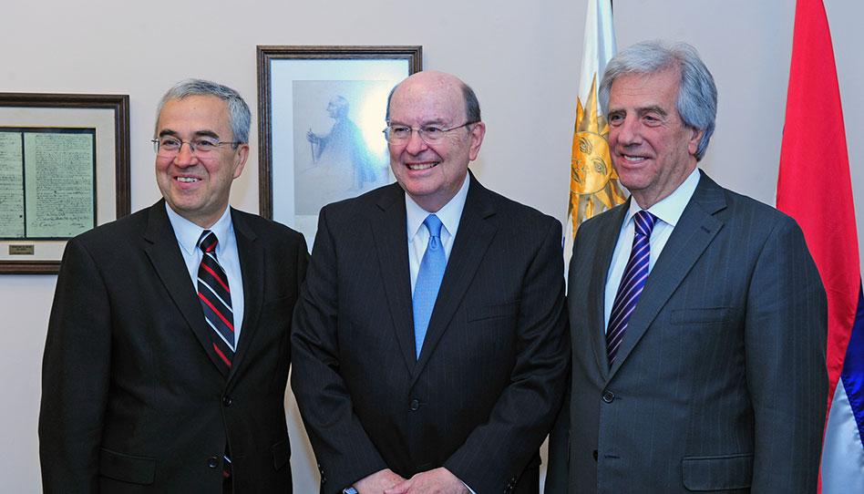 Élder Quentin L. Cook se reune con presidente de Uruguay