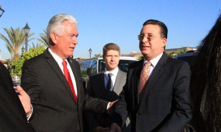 Presidente Uchtdorf en Tijuana, México se reúne con Presidente municipal