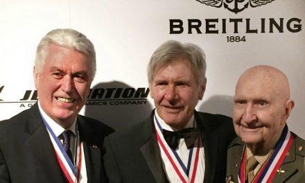 El presidente Uchtdorf se reúne con Harrison Ford y Presentan Premio de Aviación