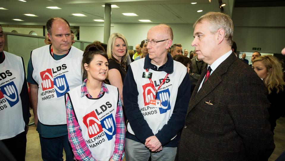 Realeza inglesa da gracias a los voluntarios de Manos Mormonas que Ayudan