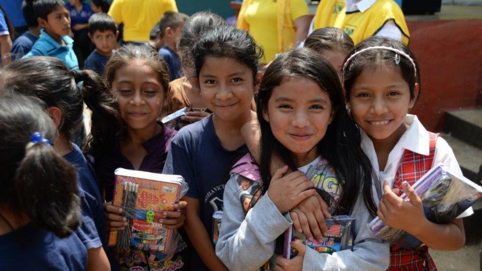"""Mormones realizaron exitosa campaña de """"Cuadernos con Corazón"""" en Guatemala"""