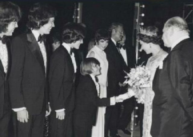 La mujer que le dio un Libro de Mormón a Elvis Presley y la Reina