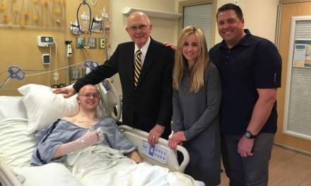 Elder Oaks visita a misionero herido en atentados terroristas