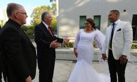 La sorpresa que Élder Andersen le dio a una pareja de recién casados