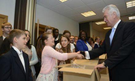 Presidente Dieter F. Uchtdorf visita ciudad natal y a fieles de Europa