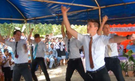 Misioneros mormones bailan en ceremonia en Tailandia