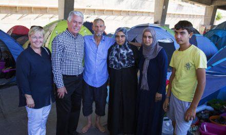 Presidente Uchtdorf visita a refugiados y dona $3 millones de parte de la Iglesia de Jesucristo