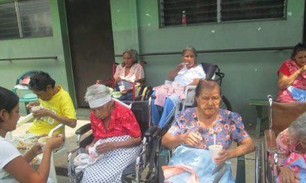 Mormones prestan servicio para ancianas de un asilo en El Salvador