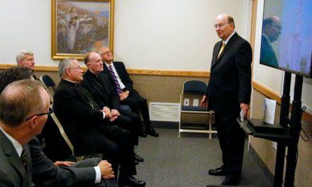 Elder Cook da a Arzobispo católico tour por el nuevo templo mormón de Filadelfia