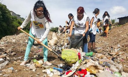 Jóvenes mormones convierten un basurero en un parque para niños en Honduras