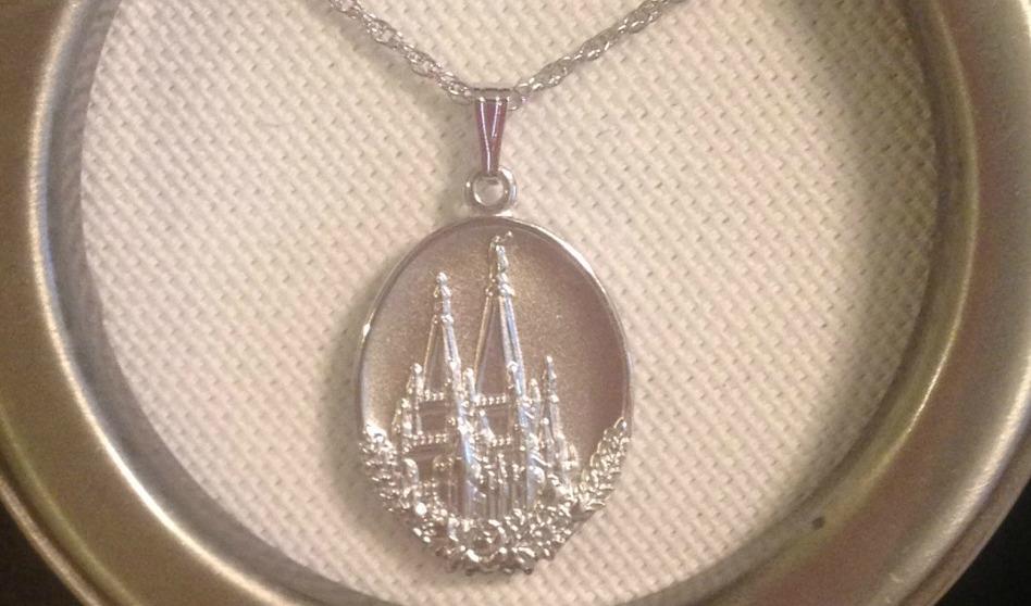 Conoce el significado del medallón de la mujer virtuosa