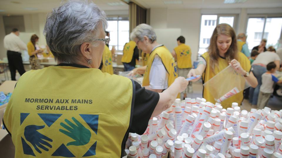 Mormones donan paquetes de higiene para refugiados en Francia