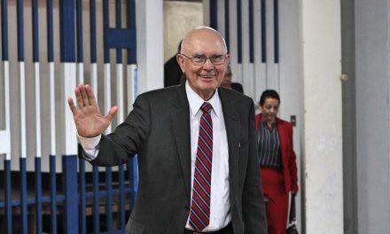 Élder Oaks visita a los mormones en Centroamérica