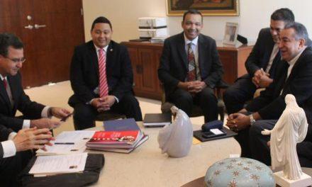 Élder Oaks se reúne con líderes católicos en Panamá