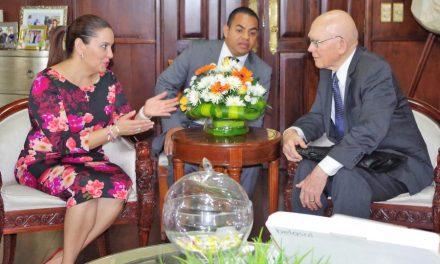 Élder Oaks se reúne con Primera Dama de Honduras
