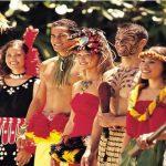 Tatuajes y trajes sin tirantes en el centro cultural polinesio