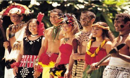 Tatuajes y trajes sin tirantes en el centro Cultural Polinesio Mormón