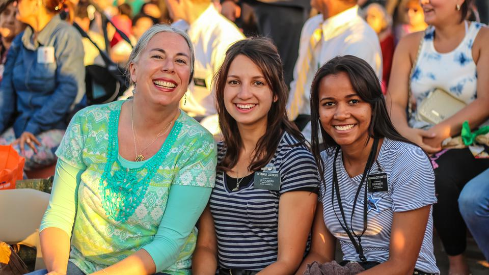 Misioneras y miembros en el concierto chileno
