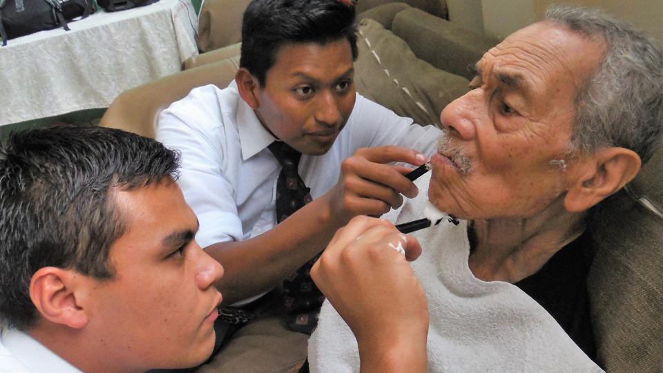 El amor de estos mormones por un grupo de ancianos