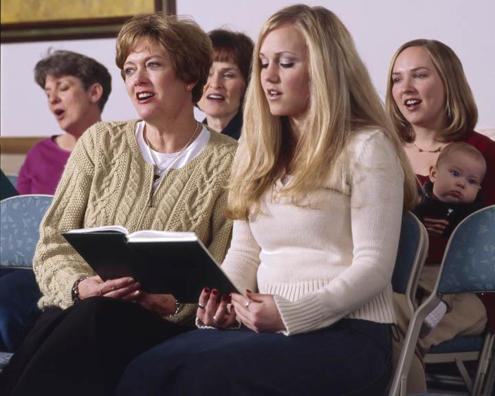 cantar himnos en una iglesia mormona