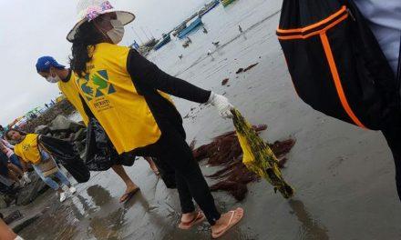 Mormones limpian concurridas playas en Lima, Perú