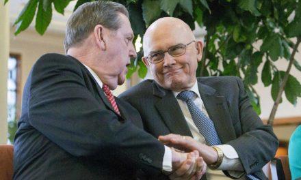 Élder Oaks y Élder Holland desafían a los miembros a superar las divisiones políticas y a permanecer fuertes
