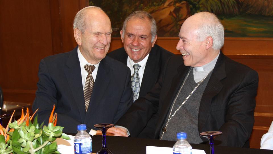 Una agradable reunión entre un cardenal y un apóstol mormón en México