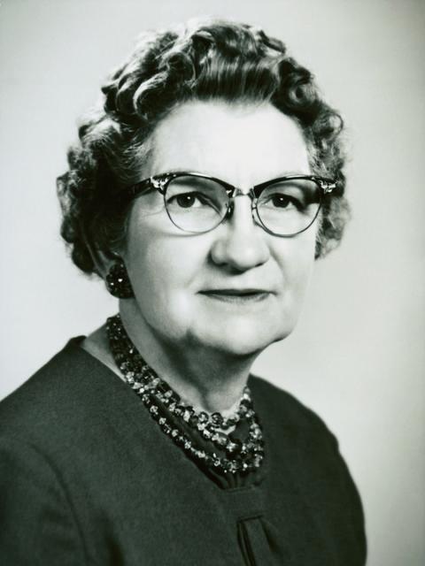Belle S. Spafford fue la novena presidente de la Sociedad de Socorro. Ella sirvió por casi 30 años, a partir de abril de 1945.