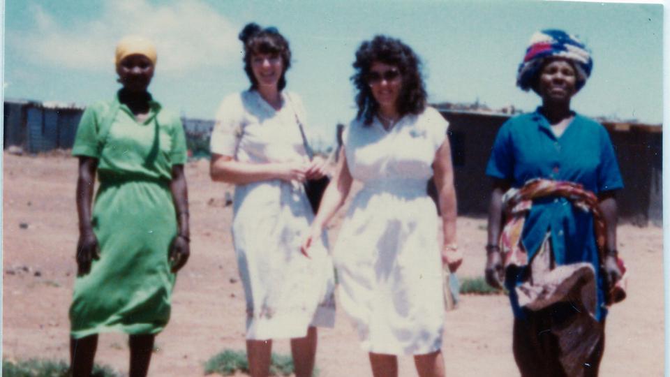 Judy Brummer como misionera en Queenstown, Sudáfrica (alrededor de 1980). NativA de Sudáfrica, Brummer (en la foto, la segunda de la derecha) fue la primera misionera de los Santos de los Últimos Días con fluidez en el idioma Xhosa