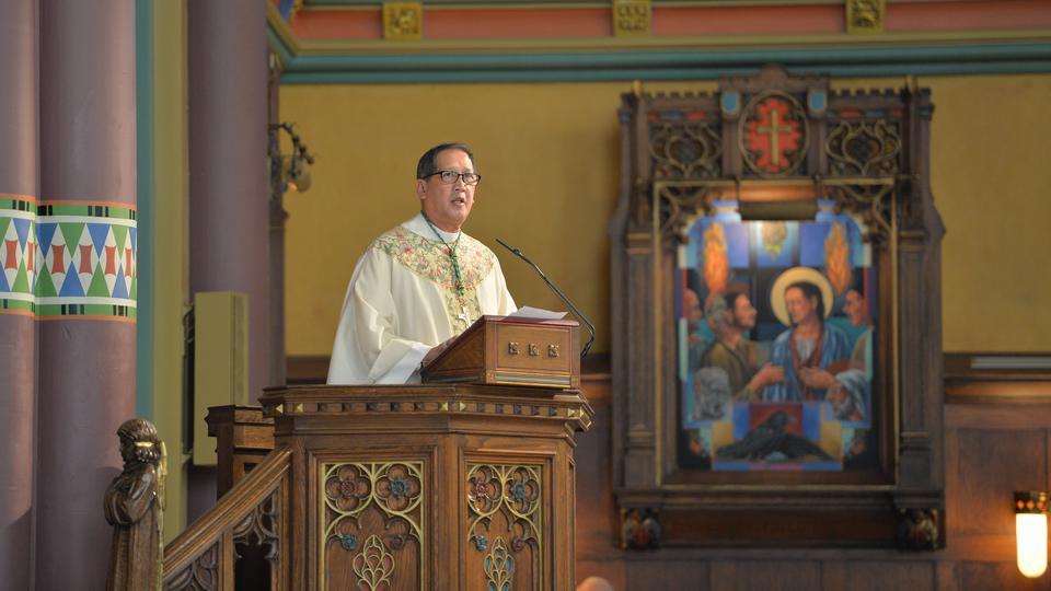 El Obispo Católico Oscar A. Solis.