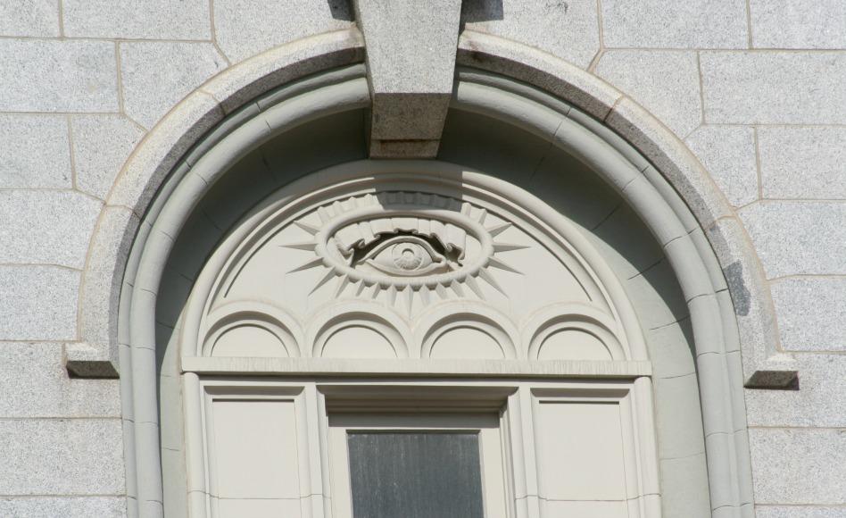 """Detalle del """"Ojo que todo lo ve"""" en una de las ventanas del Templo de Salt Lake City de La Iglesia de Jesucristo de los Santos de los Últimos Días."""