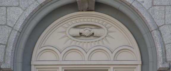 Detalle del apretón de manos en el Templo de Salt Lake City, Utah de La Iglesia Jesucristo de los Santos de los Últimos Días