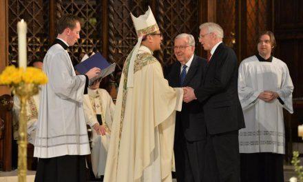 Apóstoles Mormones dan bienvenida a nuevo obispo Católico en Utah