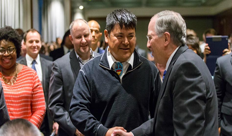 Élder Andersen les dijo a los miembros nativos americanos que forman parte del Libro de Mormón