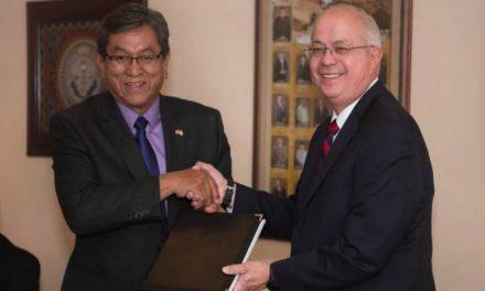 Líder mormón le da registros de historia familiar a presidente de tribu Navajo