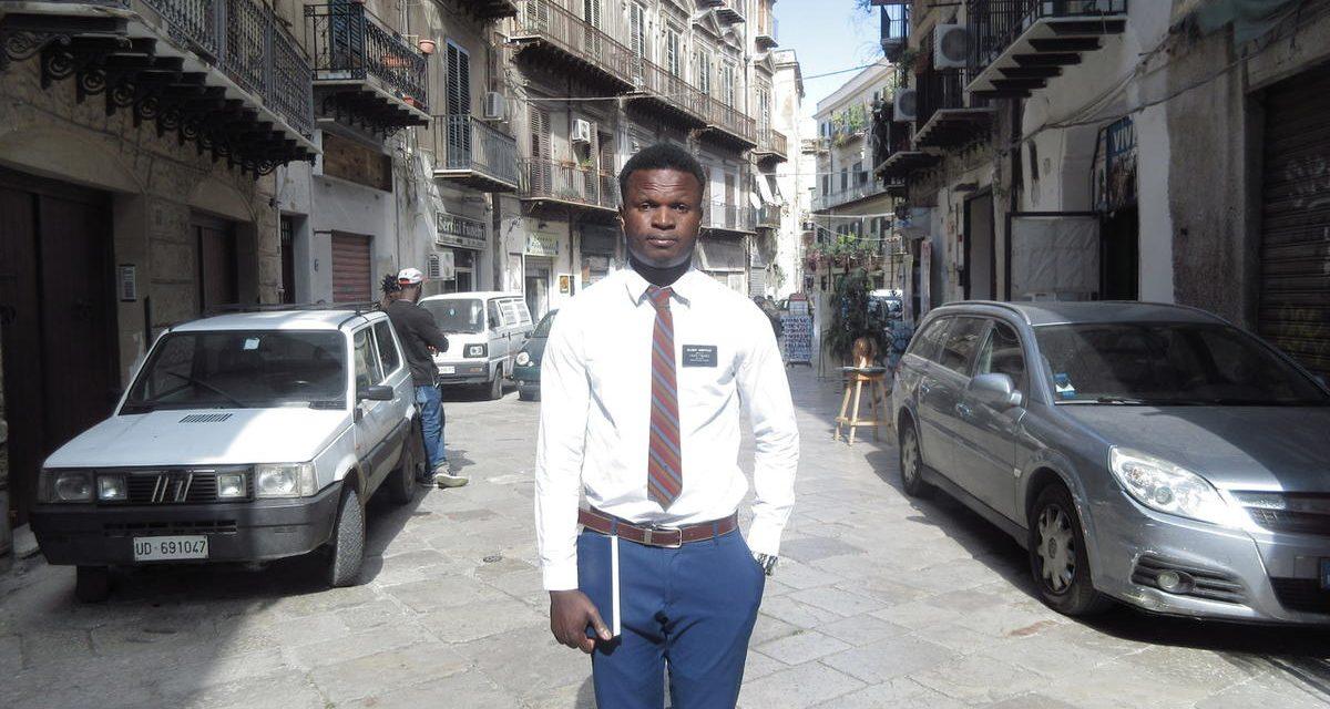 Refugiado nigeriano sobrevive a un tiroteo, rescate en el mar, y sale a una misión