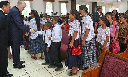 El Élder Renlund crea la primera Estaca de dialecto Q'eqchi en Guatemala