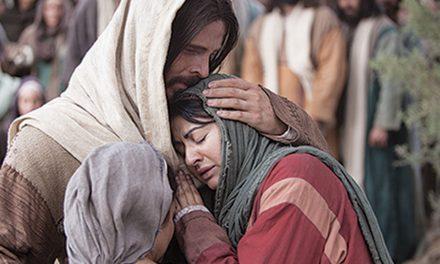 """Élder Holland: """"Dios es consciente de nuestras cargas"""" y nos fortalecerá mientras las llevamos"""