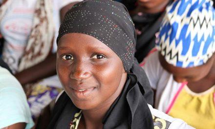 El Élder Bednar ofrece una oración por la tierra y la gente de Senegal