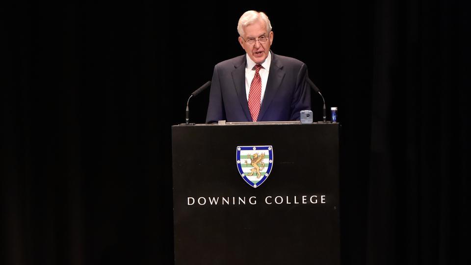 Élder Christofferson ofrece excelente discurso en la Universidad de Cambridge