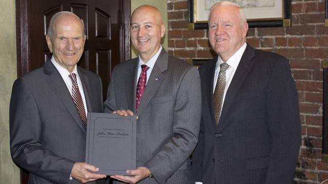 El Presidente Nelson entrega un invaluable obsequio al Gobernador de Nebraska