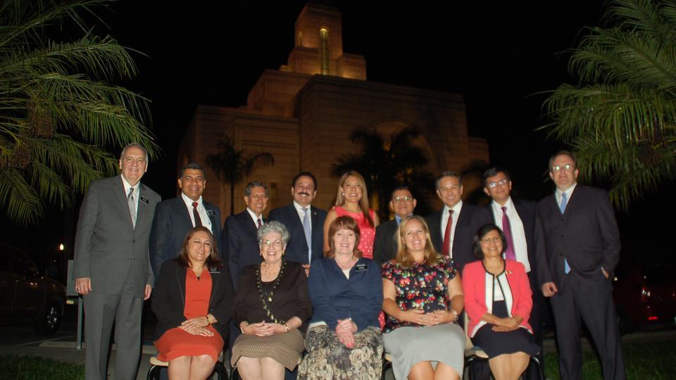 Líderes mormones y diputados reunidos a favor de la familia en El Salvador