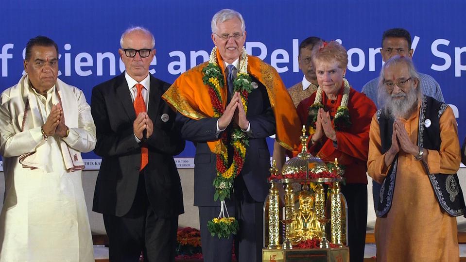 Apóstol Mormón recibe Premio Mundial de la Paz en una ceremonia en India