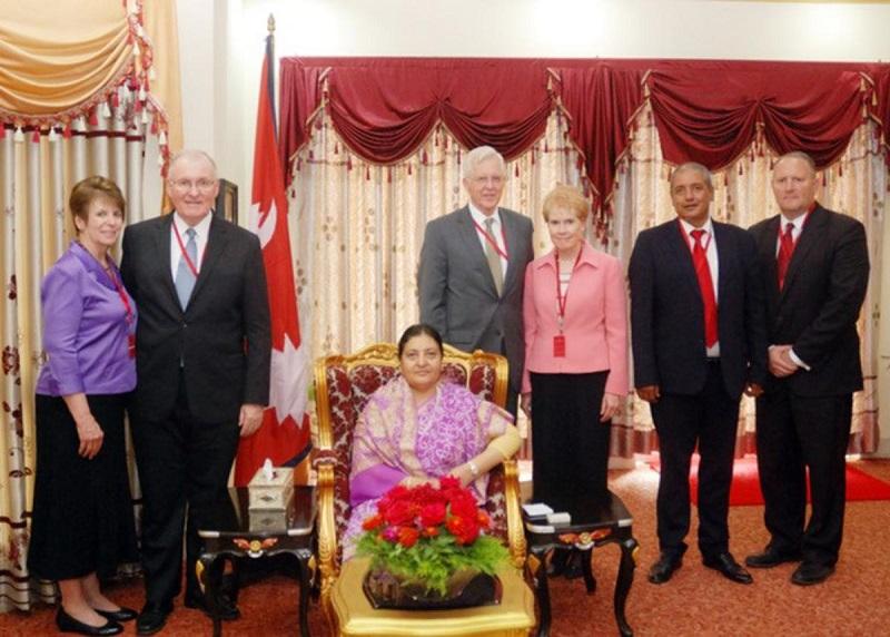 Líderes SUD entregan a Nepal el primer Libro de Mormón en Nepalí
