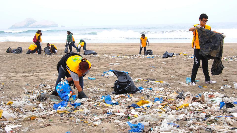 Miles de mormones limpian  playas en Perú